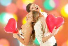 Le coppie del giovane biglietto di S. Valentino romantico immagini stock