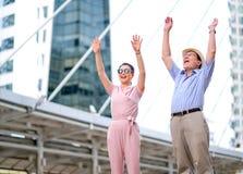 Le coppie del turista asiatico della donna e dell'uomo anziano stanno fungendo da eccitare e molto felice Questa foto anche conte immagine stock