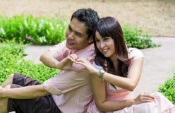 Le coppie dell'amante si siedono nel garden3 Fotografia Stock