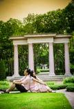 Le coppie dell'amante si siedono nel garden2 Immagini Stock