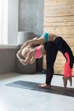 Le coppie delle donne che praticano l'yoga posano allo studio Immagini Stock Libere da Diritti