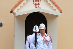 Le coppie delle guardie si avvicinano al palazzo del ` s di principe del Monaco Fotografia Stock Libera da Diritti