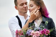 Le coppie di amore di San Valentino negli abbracci e baci della natura, uomo e donna si amano Montagne del cappadocia in tacchino immagini stock libere da diritti