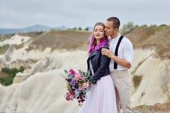 Le coppie di amore di San Valentino negli abbracci e baci della natura, uomo e donna si amano Montagne del cappadocia in tacchino fotografia stock