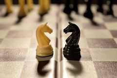 Le coppie di amore sottraggono i pezzi degli scacchi facenti la guerra di contesa delle famiglie fotografia stock libera da diritti