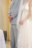Le coppie di cerimonia nuziale alla chiesa si alterano Fotografia Stock Libera da Diritti