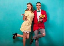 Le coppie emozionali di modo si danno i fiori sul ` s del biglietto di S. Valentino Fotografie Stock