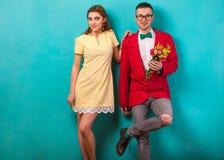 Le coppie emozionali di modo si danno i fiori sul ` s del biglietto di S. Valentino Immagine Stock