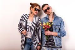 Le coppie emozionali di modo si danno i fiori sul ` s del biglietto di S. Valentino Fotografie Stock Libere da Diritti