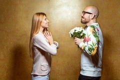 Le coppie emozionali di modo si danno i fiori sul ` s del biglietto di S. Valentino Immagini Stock Libere da Diritti