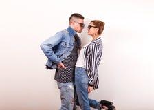 Le coppie emozionali di modo si danno i fiori sul ` s del biglietto di S. Valentino Fotografia Stock Libera da Diritti