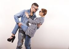 Le coppie emozionali di modo si danno i fiori sul ` s del biglietto di S. Valentino Fotografia Stock