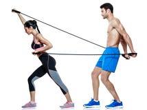 Le coppie equipaggiano e gli esercizi di forma fisica della donna isolati Fotografie Stock Libere da Diritti