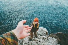 Le coppie equipaggiano e l'aiuto della donna che dà le mani ama e viaggia concetto di stile di vita immagine stock