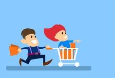 Le coppie equipaggiano il funzionamento con il concetto di vendita di Sit In Shopping Cart Trolley della donna Fotografie Stock Libere da Diritti