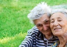 le coppie equipaggiano la donna maggiore esterna anziana Immagine Stock
