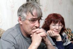 le coppie fanno maturare la sorveglianza della TV Immagine Stock