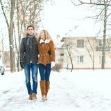 Le coppie felici all'aperto nell'amore che posa nell'inverno freddo sopravvivono Fotografia Stock Libera da Diritti