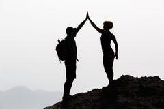 Le coppie felici celebrano il raggiungimento lo scopo di vita e del concetto di successo Immagini Stock Libere da Diritti