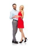 Le coppie felici con cuore rosso hanno modellato il contenitore di regalo Fotografie Stock