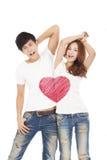 Le coppie felici con il simbolo del cuore di amore progettano sulla maglietta del briciolo fotografia stock