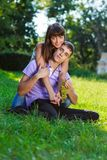 Le coppie felici del ritratto con un mazzo di uva in mani di estate parcheggiano Immagine Stock