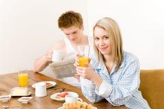 Le coppie felici della prima colazione godono della mattina fresca Fotografia Stock