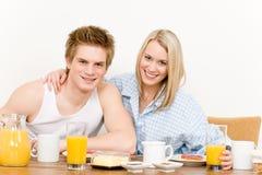 Le coppie felici della prima colazione godono della mattina romantica Fotografia Stock