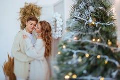 Le coppie felici di amore celebrano le feste di natale immagine stock