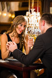 Le coppie felici hanno una data romantica in ristorante Fotografie Stock