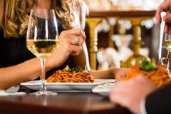 Le coppie felici hanno una data romantica in ristorante Fotografia Stock Libera da Diritti