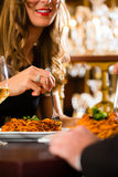 Le coppie felici hanno una data romantica in ristorante Fotografie Stock Libere da Diritti