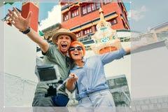 Le coppie felici prendono una foto di auto sui precedenti tibetian di vista Immagine Stock Libera da Diritti