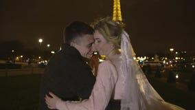 Le coppie felici si avvicinano alla torre Eiffel a Parigi, Francia nozze video d archivio