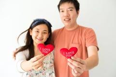 Le coppie felici tengono il cuore rosso Fotografie Stock