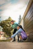 Le coppie giovani hanno rottura dopo avere corso Fotografia Stock