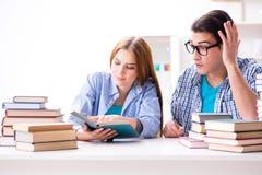 Le coppie gli studenti che studiano per gli esami dell'università Immagini Stock Libere da Diritti