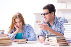 Le coppie gli studenti che studiano per gli esami dell'università Immagini Stock