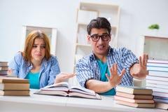 Le coppie gli studenti che studiano per gli esami dell'università Immagine Stock