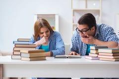 Le coppie gli studenti che studiano per gli esami dell'università Fotografie Stock