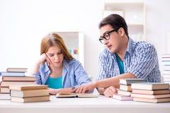 Le coppie gli studenti che studiano per gli esami dell'università Fotografie Stock Libere da Diritti