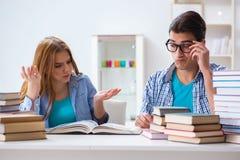 Le coppie gli studenti che studiano per gli esami dell'università Fotografia Stock