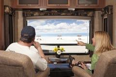 Le coppie godono della vista della spiaggia da rv Fotografia Stock