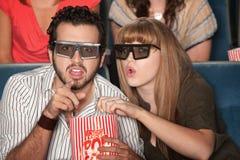 Le coppie hanno affascinato dal film 3D Immagini Stock Libere da Diritti
