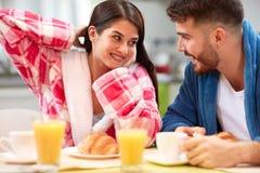 Le coppie hanno prima colazione in cucina fotografie stock libere da diritti