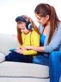 Le coppie, la madre e la figlia della famiglia giocano con il PC della compressa immagine stock libera da diritti