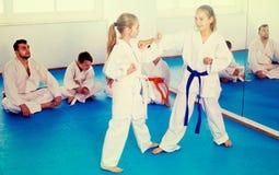 Le coppie le ragazze stanno provando in pugilato d'allenamento ad usare i nuovi movimenti Fotografie Stock Libere da Diritti