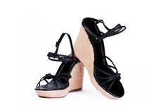 Le coppie le signore di modo incuneare-hanno tallonato i sandali Immagini Stock