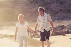 Le coppie mature senior adorabili sul loro 60s o 70s si sono ritirate la camminata Fotografie Stock Libere da Diritti