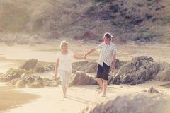 Le coppie mature senior adorabili sul loro 60s o 70s si sono ritirate la camminata Fotografia Stock